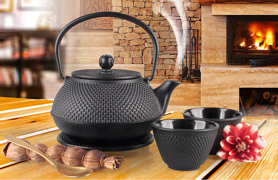 Gusseisen-Teekanne mit Edelstahl-Filter und 2 Bechern plus Untersetzer